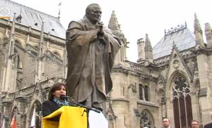 Anne Hidalgo lors du dévoilement de la statue de Jean-Paul II Square Jean XXIII